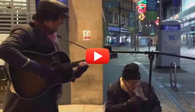 Бездомный и уличный музыкант взорвали интернет своим исполнением песни.