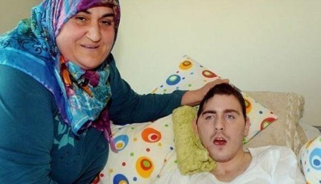 Женщина из Турции несколько лет выхаживает молодого человека из России потому…