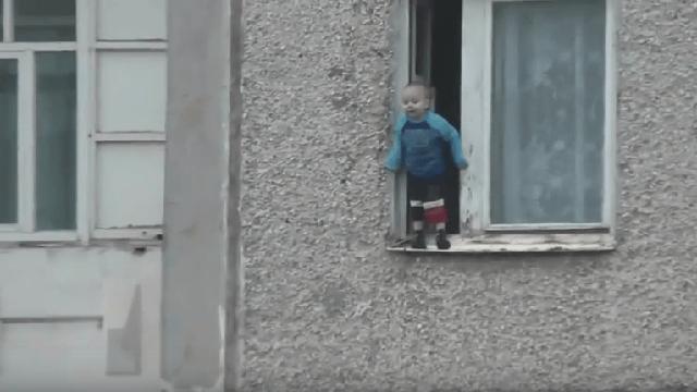 Всего один шаг отделял его от смерти. Ребёнок в открытом окне восьмого этажа…
