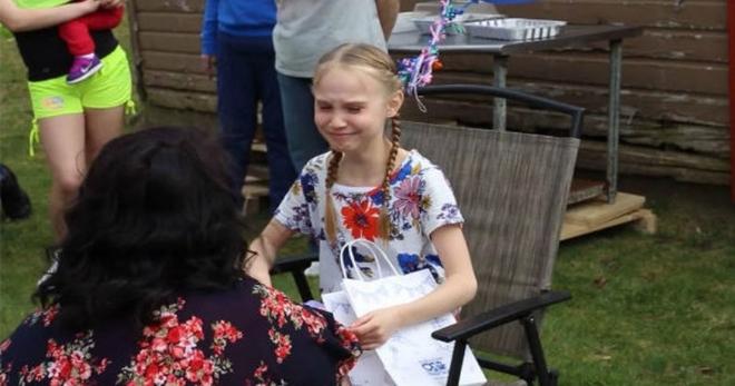 Мачеха подарила ей подарок, и девочка не смогла сдержать слёз, когда заглянула в пакет…