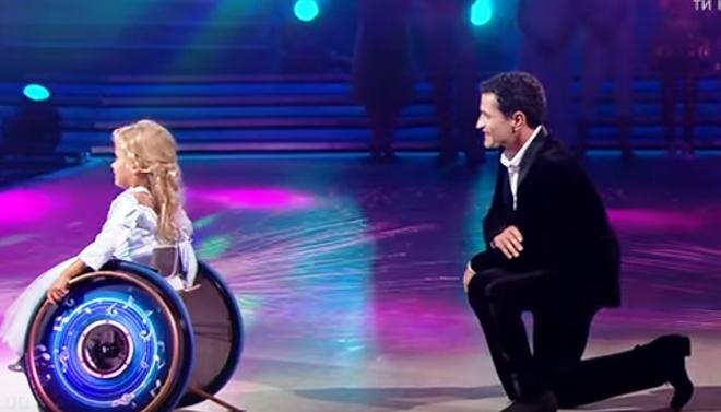 Эту девочку на коляске прямо в прямом эфире пригласил на танец её давний кумир. Они не репетировали этого…