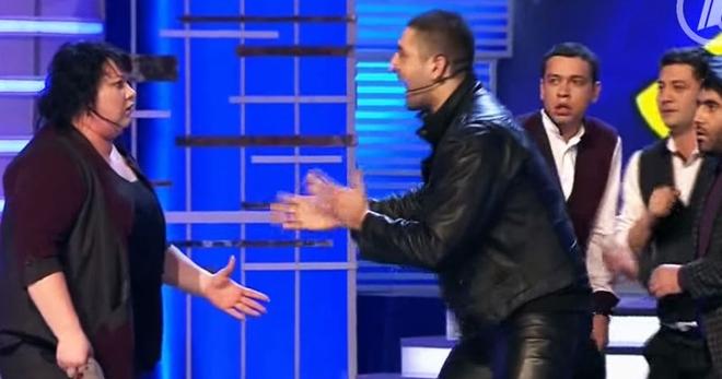 В тот самый момент муж Картунковой мгновенно забежал на сцену. Зал просто падал от смеха…