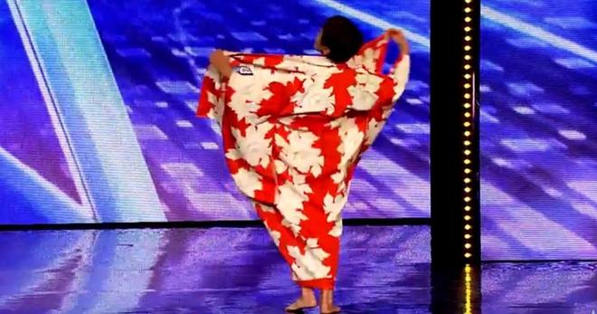 Бабуля, которой было 70 лет, выйдя на сцену просто разделась. А вы думали, что она будет вытворять нечто подобное?