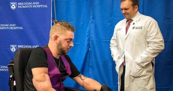 Этому парню было решено пересадить чужие руки, но через некоторое время он потребовал ампутации…