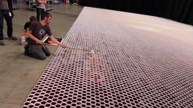 66 тысяч стаканчиков он расположил на полу, и вы потеряете дар речи, увидев итог сей работы…