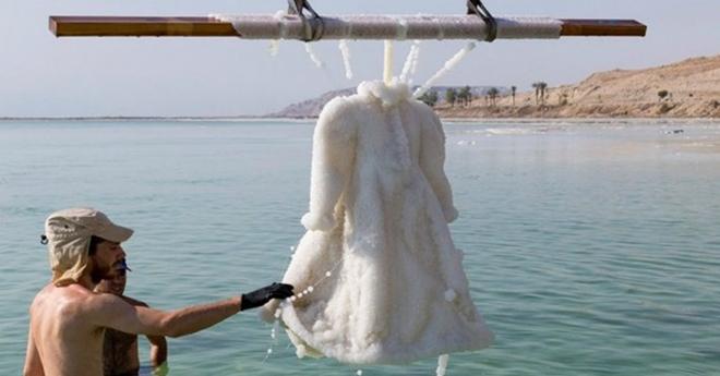 На целых два года это свадебное платье поместили в Мёртвое море, дабы превратить его в произведение искусства…
