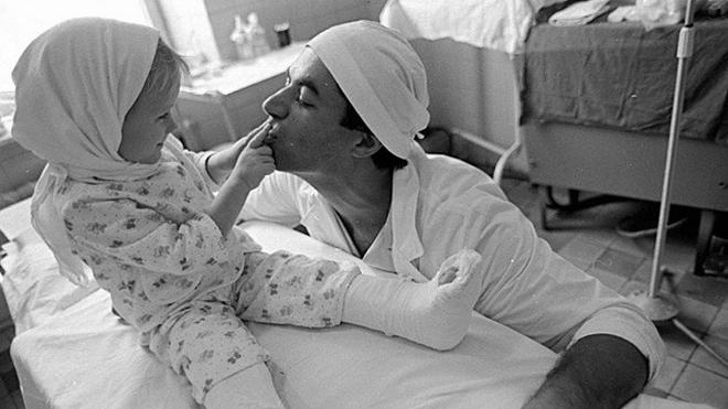 Родной папа отрезал дочке обе ноги. Через некоторое время врач сделал нечто невероятное…