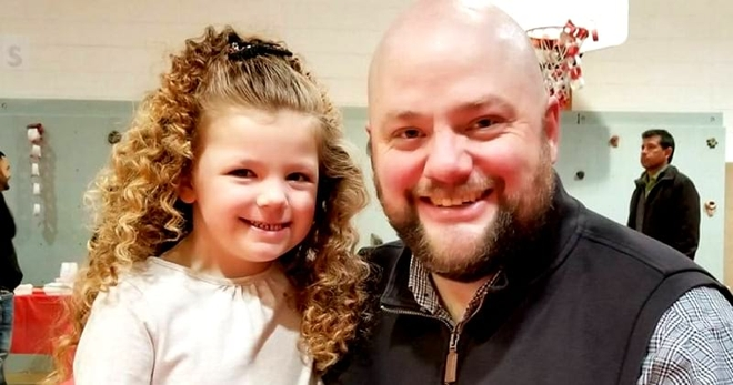 Этот отец-одиночка каждый день делает своей дочке шикарные причёски. Только взгляните!