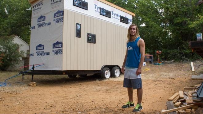 Этот студент просто не хотел платить за общагу, и посему было решено построить дом… на колёсах…