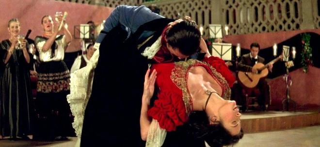 А вы видели это пылкое и весьма горячее танго Кетрин Зеты-Джонс и Антонио Бандераса из фильма «Маска Зорро»! Сложно оторвать взгляд…