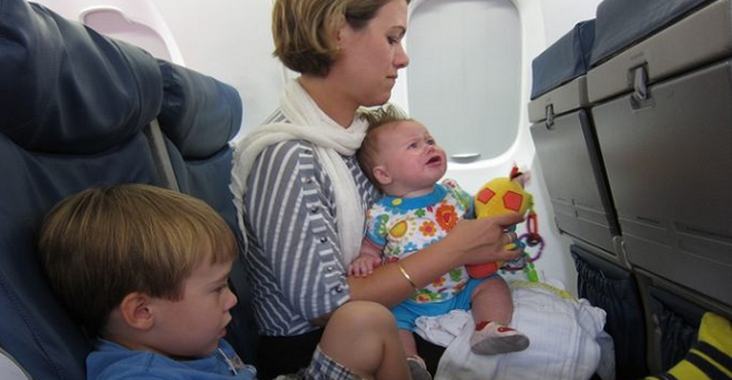 Мама с тремя своими детьми вызвала недовольство большинства пассажиров самолёта. Женщина, которая сидела рядом, сделала то, чего никто не ожидал…