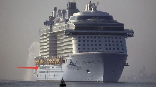 Этот лайнер с пассажирами попал в невероятной силы шторм. Одному из пассажиров удалось кое-что заснять…