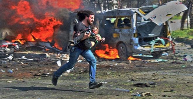 Фотограф заметил этого ребёнка. Тут же бросив камеру, он ринулся прямо в огонь спасать его…